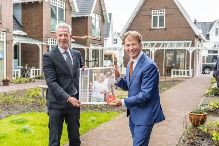 Onno Hoes (links) en Ronald Huikeshoven in het Landsconerhof in Weesp.