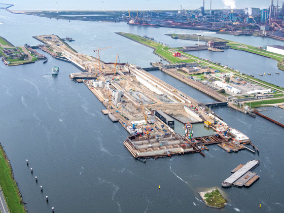 Second caisson new sea lock in IJmuiden successfully immersed. Photo: © Topview Luchtfotografie