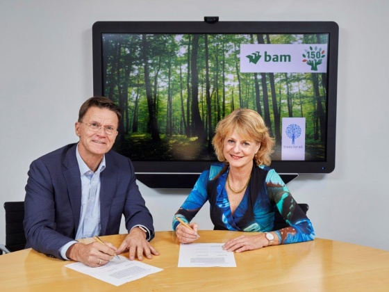 Lena Euwens, director Trees for All, and Rob van Wingerden, CEO Royal BAM Group, sign the collaboration agreement for planting 150,000 trees on the occasion of BAM's 150th anniversary.