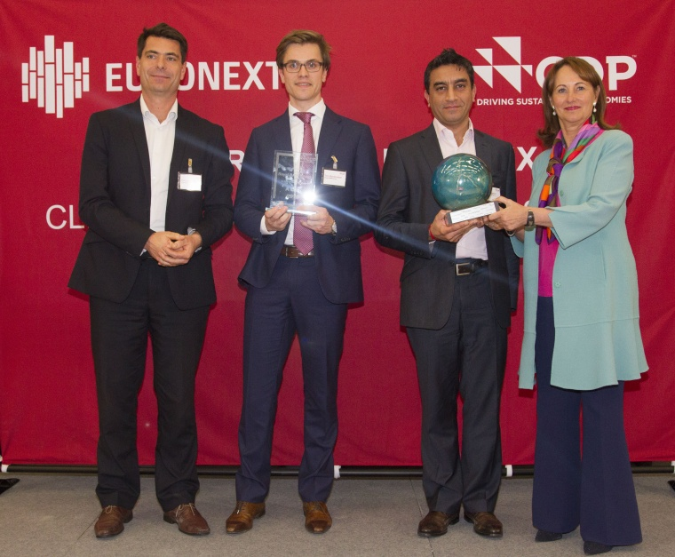Thomas Ruaudel, senior manager Sustainability Lead France, Accenture, Tom Blankendaal, project manager CSR, BAM, Nitesh Magdani, Group director of Sustainability, BAM and Ségolène Royal, French Minister of the Environment, Energy and the Sea bij de uitreiking van de CDP-award.